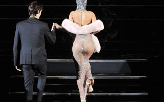 «Голые» наряды звезд: самые скандальные платья знаменитостей в истории