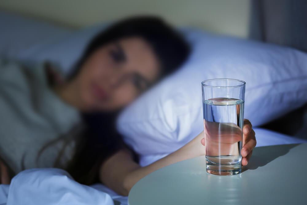 Полезно ли пить воду на ночь